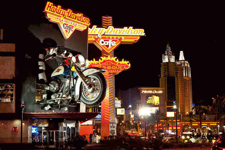 H-D-Cafe-at-night